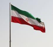 Ιρανική σημαία που απομονώνεται στον ουρανό στοκ εικόνες