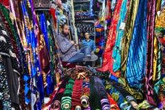 Ιρανικοί ιστοί πωλητών που κάθονται στο υφαντικό κατάστημα της αγοράς πόλεων Στοκ εικόνα με δικαίωμα ελεύθερης χρήσης