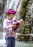 Ιρανικό gil με τα τριαντάφυλλα στο κεφάλι της, που απολαμβάνει υπαίθρια στοκ εικόνες