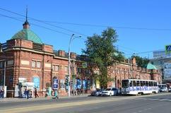 Ιρκούτσκ, Ρωσία, 29 Αυγούστου, 2017 Το τραμ πρώτος rote είναι κοντά στο θέατρο των νέων θεατών που ονομάζονται Vampilov στοκ φωτογραφία με δικαίωμα ελεύθερης χρήσης