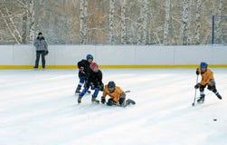 Ιρκούτσκ, Ρωσία - 09 Δεκεμβρίου, 2012: Τα πρωταθλήματα χόκεϋ μεταξύ των ομάδων teens προς τιμή το άνοιγμα της νέας αίθουσας παγοδ Στοκ Εικόνα