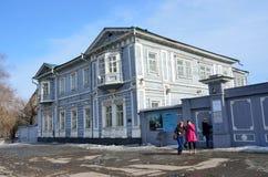 Ιρκούτσκ, Ρωσία, 16 Μαρτίου, 2017 Οι τουρίστες προέρχονται από το περιφερειακό ιστορικό και αναμνηστικό Decembrists ` μουσείο του Στοκ Εικόνες
