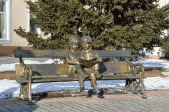 Ιρκούτσκ, Ρωσία, 16 Μαρτίου, 2017 Πάρκο της 350ης επετείου του πάρκου γλυπτών του Ιρκούτσκ Ιρκούτσκ, ανάγνωση ` γλυπτό-πάγκων ` Στοκ φωτογραφία με δικαίωμα ελεύθερης χρήσης