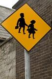 Ιρλανδία λοξοδρόμησης πλαισίων δεικτών κόκκινη κυκλοφορία σημαδιών κορδελλών τραχιά ξύλινη Ενώπιον του σχολείου Στοκ Εικόνες
