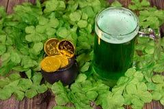 Ιρλανδική πράσινη μπύρα και χρυσά νομίσματα Στοκ Εικόνες