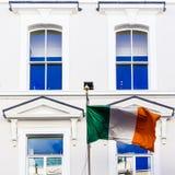 Ιρλανδική σημαία που κυματίζει από μια πρόσοψη πολυκαταστημάτων ` s σε Grafton ST Στοκ φωτογραφία με δικαίωμα ελεύθερης χρήσης
