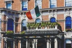 Ιρλανδική σημαία που κυματίζει από την είσοδο ξενοδοχείων ` s Shelbourne στο Δουβλίνο Στοκ Εικόνες