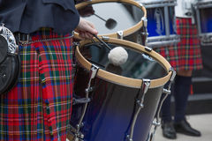 Ιρλανδικοί τυμπανιστές που εκτελούν τις σκωτσέζικες φούστες οδών Στοκ Εικόνες