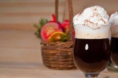 Ιρλανδικός καφές στο υπόβαθρο Χριστουγέννων Στοκ Φωτογραφία