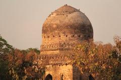 Ισλαμική αναμνηστική εγκαταλειμμένη τούβλο αρχιτεκτονική θόλων καταστροφών τάφων στοκ φωτογραφία