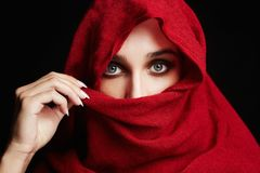Ισλαμική γυναίκα ύφους μόδας στο κόκκινο στοκ εικόνα με δικαίωμα ελεύθερης χρήσης