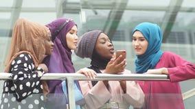 Ισλαμικό θηλυκό ταξίδι blogger που μοιράζεται τις πληροφορίες από το smartphone με τους οπαδούς της φιλμ μικρού μήκους