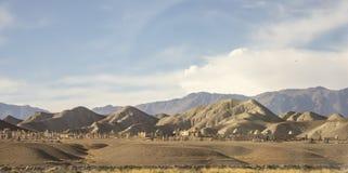 Ισλαμικό νεκροταφείο στη βουνοπλαγιά στο αγροτικό Κιργιστάν στοκ φωτογραφία με δικαίωμα ελεύθερης χρήσης