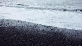 Ισλανδία, κυματωγή στη μαύρη παραλία Νότια παράλια, Vic απόθεμα βίντεο