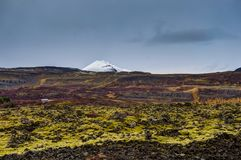 Ισλανδία με καλυμμένη τη χιόνι θέα βουνού προς το βρύο λάβας με το CL Στοκ εικόνα με δικαίωμα ελεύθερης χρήσης
