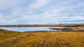 Ισλανδία - μια λίμνη που απεικονίζει τον ουρανό στοκ εικόνες