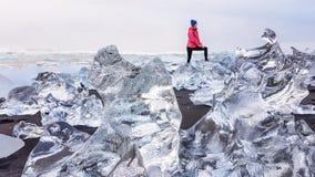 Ισλανδία - παραλία διαμαντιών και ένα κορίτσι στοκ εικόνες