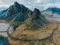 Ισλανδία - όμορφη θέα βουνού από τον κηφήνα στοκ εικόνα