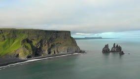 Ισλανδική εναέρια άποψη σχηματισμών βράχου απόθεμα βίντεο