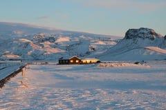Ισλανδικό σπίτι διαβίωσης που χάνεται στο χιόνι Στοκ Εικόνες