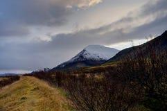 Ισλανδικό τοπίο κατά τη διάρκεια της χρυσής ώρας ανατολής κοντά στο Ρέικιαβικ Ri Στοκ Εικόνες
