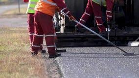 Ισοπεδώνοντας νέο RAD άσφαλτος στο δρόμο Να λειάνει έξω το δρόμο Οι εργαζόμενοι εργάζονται έξω καταυλισμό φιλμ μικρού μήκους