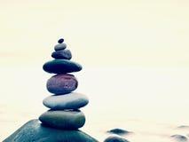 Ισορροπία πετρών στη στρογγυλευμένη πέτρα εν πλω, έμπνευση έννοιας όμορφο τοπίο ανασκόπησης Στοκ Φωτογραφίες