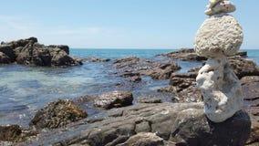 Ισορροπία πετρών της Zen στο πετρώδες υπόβαθρο παραλιών και θάλασσας απόθεμα βίντεο