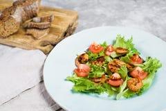Ισορροπημένα υγιή τρόφιμα, πράσινη σαλάτα με τις ψημένες στη σχάρα γαρίδες και τις ντομάτες κερασιών κάτω από βαλσαμικό στοκ φωτογραφία με δικαίωμα ελεύθερης χρήσης