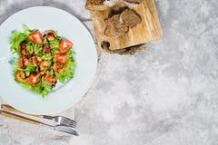 Ισορροπημένα υγιή τρόφιμα, πράσινη σαλάτα με τις ψημένες στη σχάρα γαρίδες και τις ντομάτες κερασιών κάτω από βαλσαμικό στοκ εικόνες με δικαίωμα ελεύθερης χρήσης