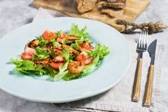 Ισορροπημένα υγιή τρόφιμα, πράσινη σαλάτα με τις ψημένες στη σχάρα γαρίδες στοκ εικόνες