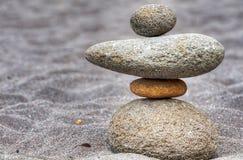 Ισορροπημένοι συσσωρευμένοι βράχοι στην άμμο Στοκ φωτογραφία με δικαίωμα ελεύθερης χρήσης