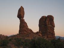 ισορροπημένος βράχος αυγής Στοκ φωτογραφία με δικαίωμα ελεύθερης χρήσης