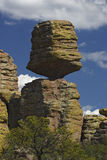 ισορροπημένος μεγάλος βράχος Στοκ Εικόνες