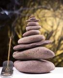 Ισορροπημένος πύργος πετρών με τον καπνό Στοκ εικόνες με δικαίωμα ελεύθερης χρήσης