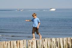 ισορροπώντας αγόρι Στοκ εικόνες με δικαίωμα ελεύθερης χρήσης