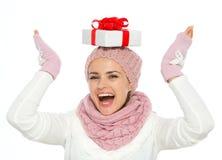 Ισορροπώντας κιβώτιο χριστουγεννιάτικου δώρου γυναικών στο κεφάλι Στοκ Εικόνες