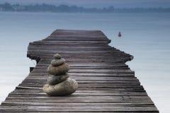 Ισορροπώντας πέτρες σε έναν λιμενοβραχίονα Στοκ εικόνες με δικαίωμα ελεύθερης χρήσης