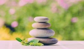 Ισορροπώντας πέτρες χαλικιών zen υπαίθριες Στοκ εικόνες με δικαίωμα ελεύθερης χρήσης