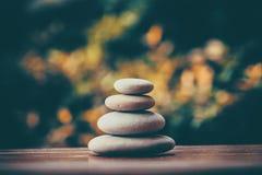 Ισορροπώντας πέτρες χαλικιών zen υπαίθριες Στοκ Εικόνες