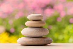 Ισορροπώντας πέτρες χαλικιών zen υπαίθριες Στοκ φωτογραφίες με δικαίωμα ελεύθερης χρήσης