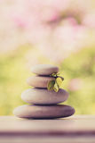 Ισορροπώντας πέτρες χαλικιών zen υπαίθριες Στοκ Φωτογραφία