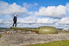 ισορροπώντας πυροβόλο αγοριών Στοκ Εικόνα