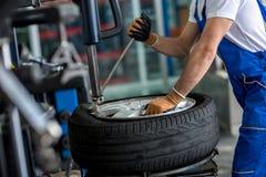 Ισορροπώντας ρόδα αυτοκινήτων μηχανικών balancer στοκ φωτογραφία με δικαίωμα ελεύθερης χρήσης