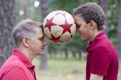 Ισορροπώντας σφαίρα ποδοσφαίρου Στοκ εικόνες με δικαίωμα ελεύθερης χρήσης
