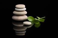 Ισορροπώντας zen πέτρες στο Μαύρο Στοκ Εικόνες