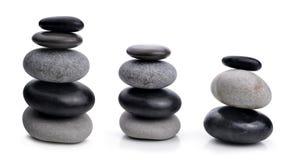 Ισορροπώντας zen πέτρες χαλικιών που απομονώνονται σε ένα άσπρο υπόβαθρο Στοκ Φωτογραφία