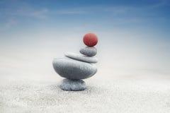 Ισορροπώντας zen πυραμίδα πετρών στην άμμο Στοκ φωτογραφίες με δικαίωμα ελεύθερης χρήσης