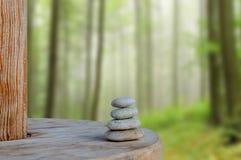 Ισορρόπησε διάφορες πέτρες της Zen στο θολωμένο όμορφο υπόβαθρο Στοκ φωτογραφία με δικαίωμα ελεύθερης χρήσης