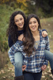 Ισπανικά έφηβη που έχουν τη διασκέδαση μαζί υπαίθρια στοκ εικόνα με δικαίωμα ελεύθερης χρήσης